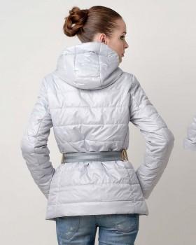 Стильная светлая куртка на весну