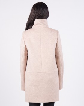 Светлое пальто с воротником стойкой