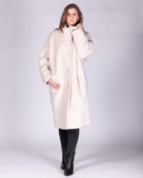 Белое женское пальто в стиле оверсайз