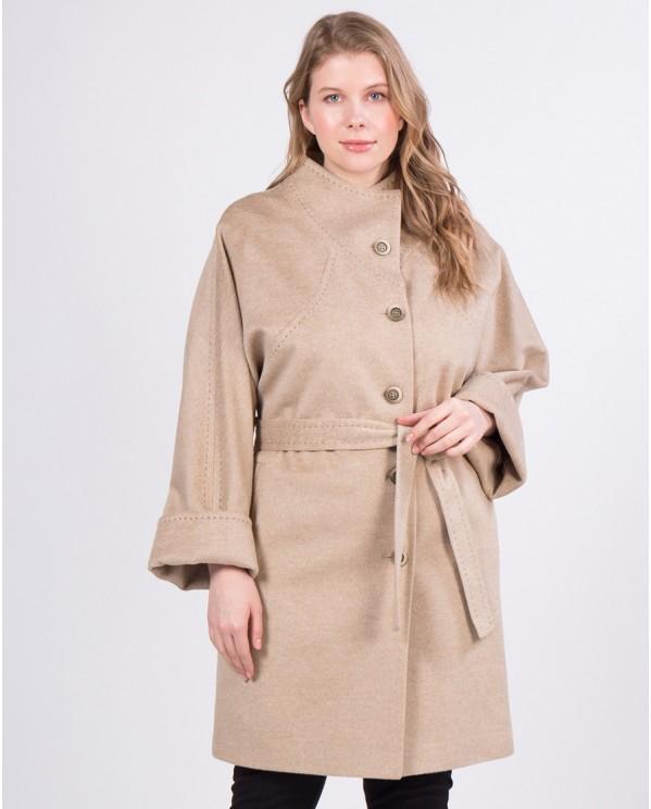 Бежевое прямое пальто средней длины