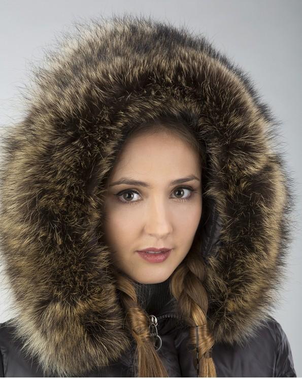 Длинное пальто пуховик с енотом