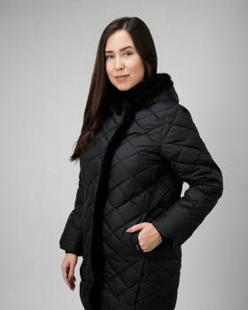 Стеганая куртка женская черного цвета