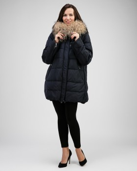 Темно-синяя женская куртка с енотом